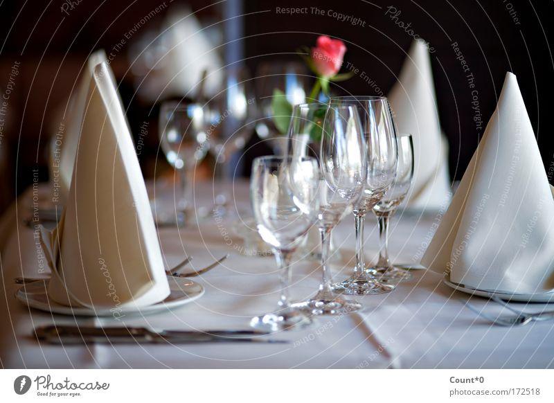 Gedeckter Tisch mit Rose Farbfoto Gedeckte Farben Innenaufnahme Nahaufnahme Detailaufnahme Menschenleer Schatten Abendessen Festessen Geschäftsessen Geschirr