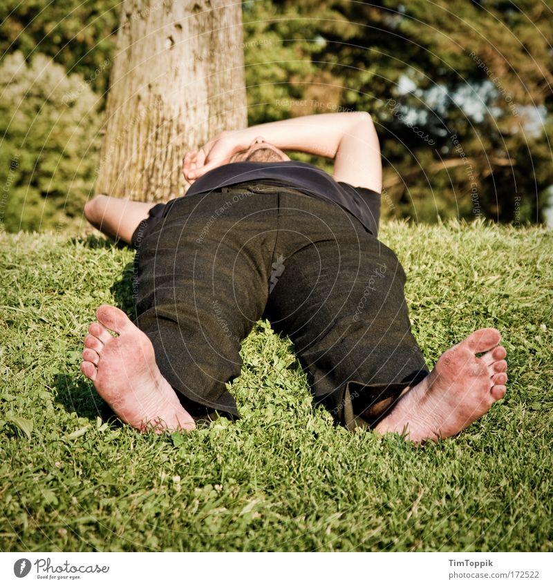 Schwarzfußeuropäer ruhig Erholung Wiese Garten Park Fuß Zufriedenheit dreckig liegen schlafen Pause Wellness bequem Siesta Mensch Indianer