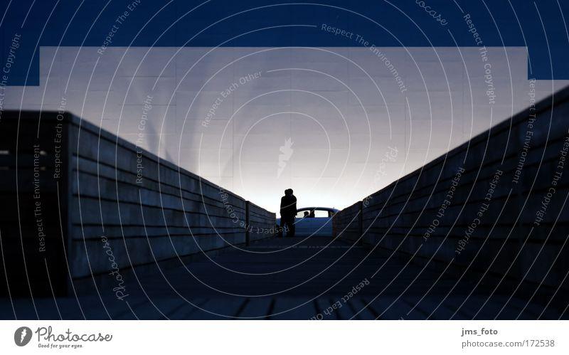 Schatten, Männer und ein Auto Farbfoto Außenaufnahme Textfreiraum oben Dämmerung Kunstlicht Silhouette Schwache Tiefenschärfe Froschperspektive