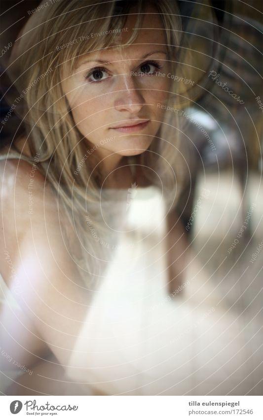 durch und durch Mensch Jugendliche schön Gesicht ruhig Einsamkeit feminin Fenster träumen Erwachsene Porträt beobachten Fensterscheibe Frau Liebeskummer