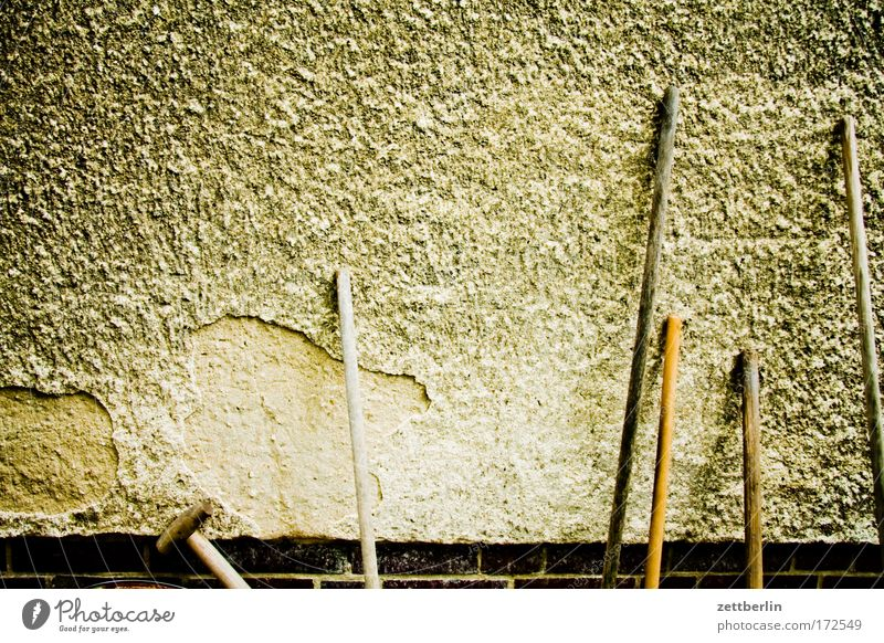 Peterholzhang Haus Mieter Vermieter Mehrfamilienhaus Wand Putz rauhputz Strukturen & Formen Hintergrundbild Garten Gartenarbeit Gartengeräte Harke Hacke Besen