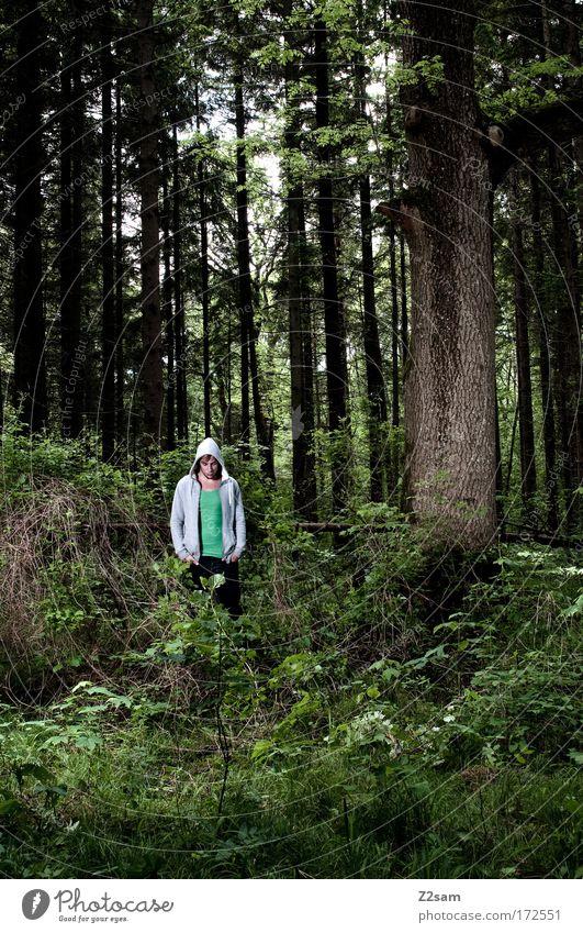Ein Männlein steht....... Farbfoto Außenaufnahme Kunstlicht Blick nach unten Mensch maskulin Junger Mann Jugendliche 18-30 Jahre Erwachsene Umwelt Natur