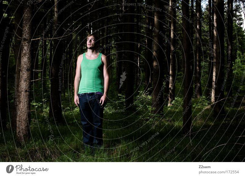 sie kommen mich holen Farbfoto Außenaufnahme Kunstlicht Mensch 18-30 Jahre Jugendliche Erwachsene Umwelt Natur Wald stehen warten außergewöhnlich ruhig