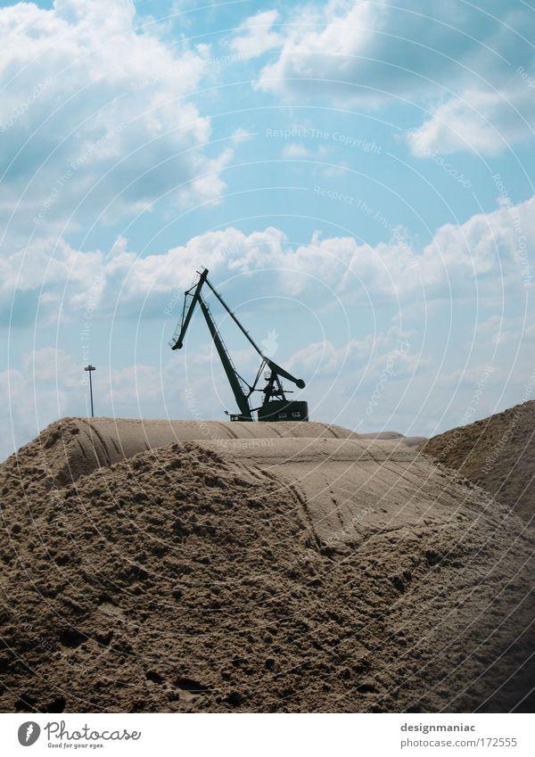 Stahlpferd in der Wüste Farbfoto Außenaufnahme Menschenleer Tag Silhouette Gegenlicht Totale Sand Kran Himmel Wolken Maschine beige Baustelle Textfreiraum oben