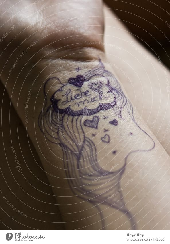 liebeslinien Farbfoto Gedeckte Farben Innenaufnahme Schwache Tiefenschärfe Haut feminin Arme Hand Liebe zeichnen träumen authentisch Kraft Leidenschaft Hoffnung