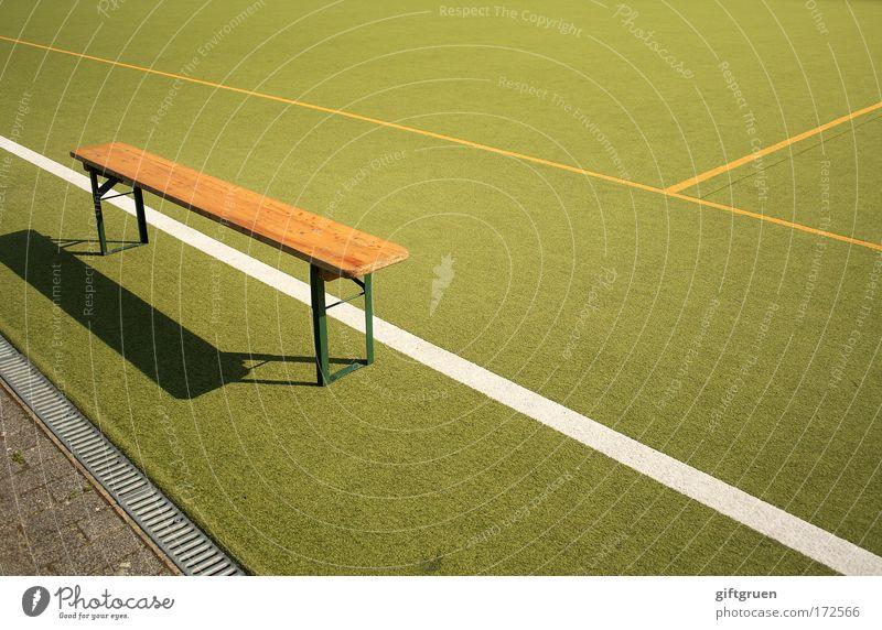 ersatzbank grün Sport Spielen Linie Freizeit & Hobby warten Bank Spielfeld Langeweile Sport-Training Sportveranstaltung Fußballer Sportler Stadion Sportplatz Fußballplatz