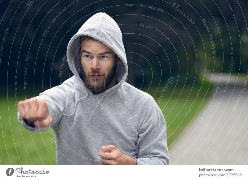 Mensch Jugendliche Mann 18-30 Jahre Erwachsene Sport Lifestyle maskulin Park Textfreiraum Aktion Fitness ernst Vollbart Motivation üben