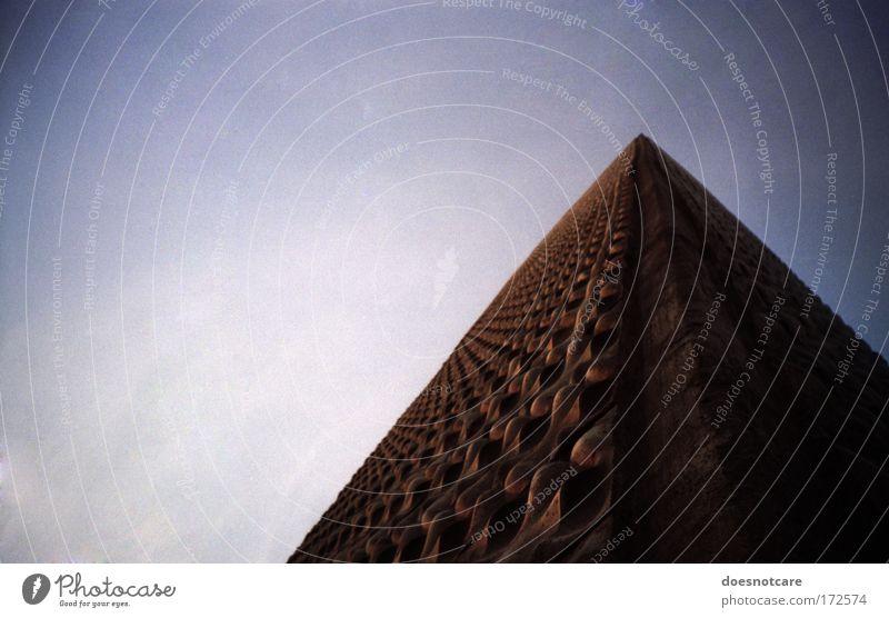 Tomb of Nephren-Ka. Himmel blau Haus dunkel Wand Gebäude braun Architektur Hochhaus hoch Fassade Ecke bedrohlich violett analog