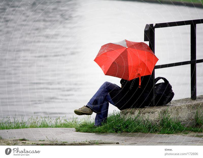 Chlapa rot Straße grau Wege & Pfade See Regen nass sitzen Pause Regenschirm Seeufer Geländer Teich Schutz Am Rand