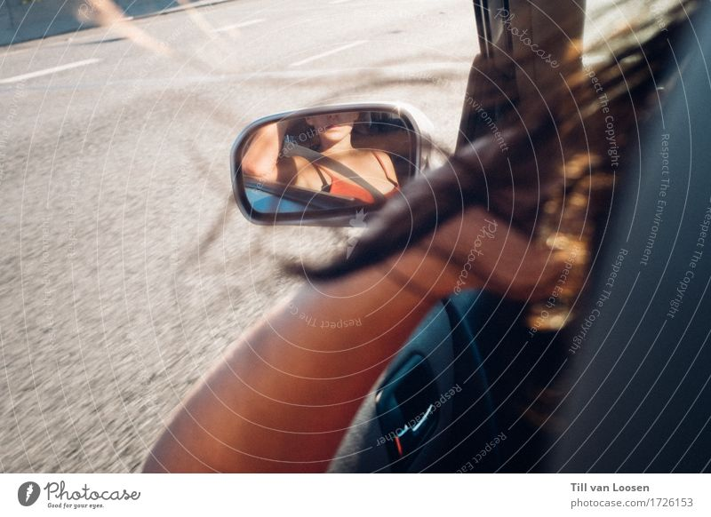 remember me? Lifestyle Glück Haare & Frisuren feminin Junge Frau Jugendliche 1 Mensch 18-30 Jahre Erwachsene Luft Verkehrswege Autofahren Straße PKW brünett