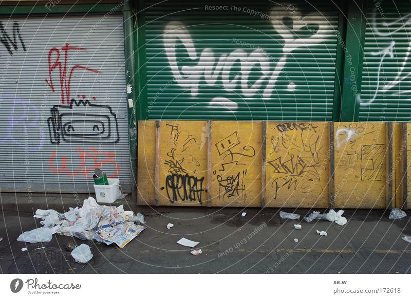 Nach dem Einkauf Stadt Graffiti dreckig Fassade Reinigen zeichnen Handel Marktplatz Feierabend