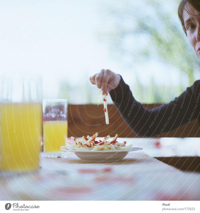 [PC-Usertreff Ffm]: Blasse Fritten Reloaded Mensch Frau Jugendliche Junge Frau 18-30 Jahre Erwachsene Essen Glas Ernährung Getränk Restaurant analog Teller Mittagessen Ekel Enttäuschung