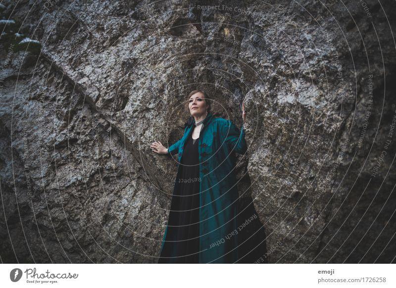 Madina feminin Frau Erwachsene 1 Mensch 18-30 Jahre Jugendliche Felsen außergewöhnlich dunkel Farbfoto Gedeckte Farben Außenaufnahme Dämmerung Low Key
