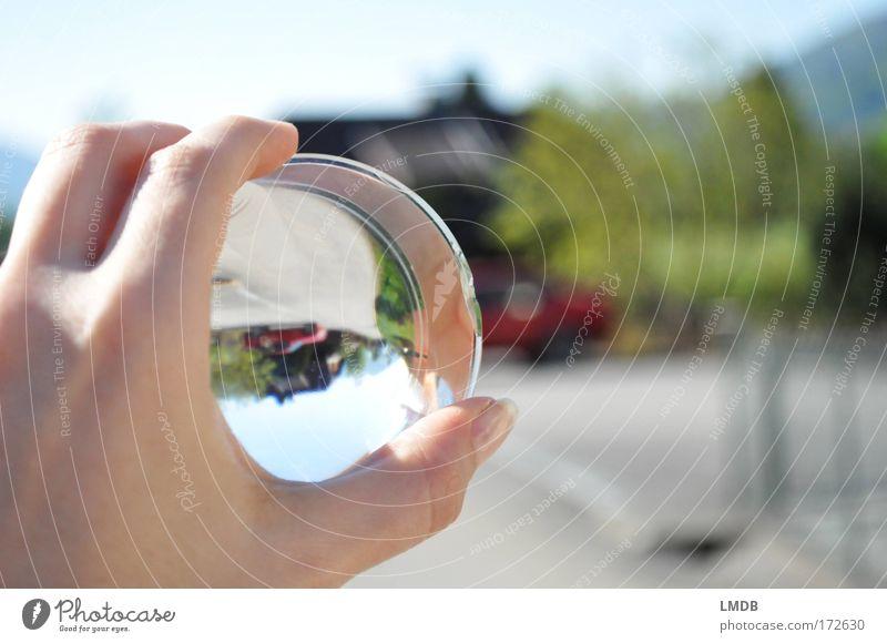 Ich stell die Welt auf den Kopf 1 Farbfoto Außenaufnahme Menschenleer Textfreiraum rechts Tag Reflexion & Spiegelung Unschärfe Hand Finger Landschaft Himmel