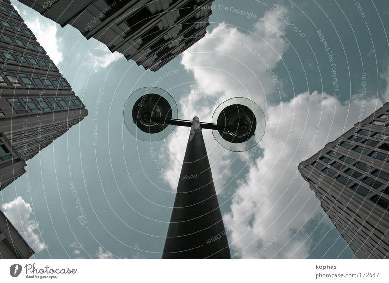 Dreigestirn mit Strassenlampe Himmel Stadt Wolken Wand Fenster Mauer Gebäude Kraft Metall Architektur Glas Beton Hochhaus Fassade Macht Bauwerk