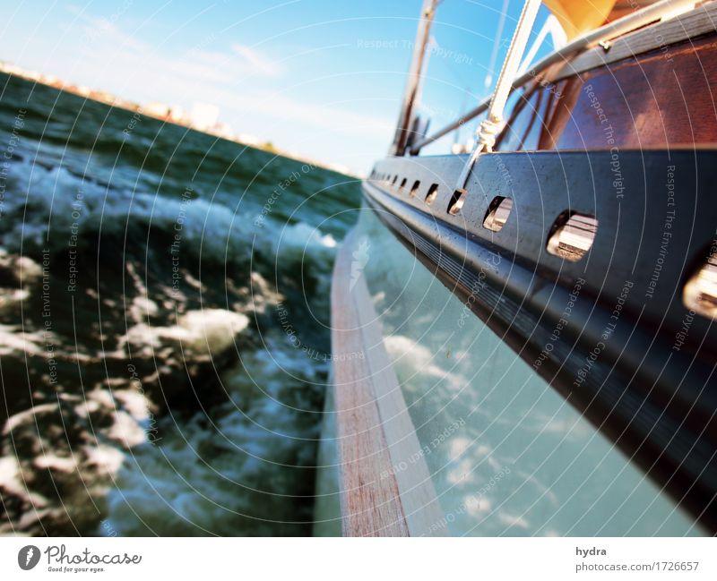 Sgeln im Segelboot mit Holzaufbau mit Wellen hart am Wind das Meer schäumt Segeln Jacht Segelschiff Ferien & Urlaub & Reisen Abenteuer Freiheit Sommer Segeltörn