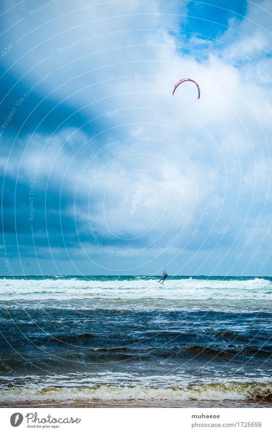 Kitesurfing Mensch Junger Mann Jugendliche 1 18-30 Jahre Erwachsene Wasser Wolken Sommer Wind Wellen Küste Moliets-et-Maa Frankreich Neoprenanzug Helm Sport