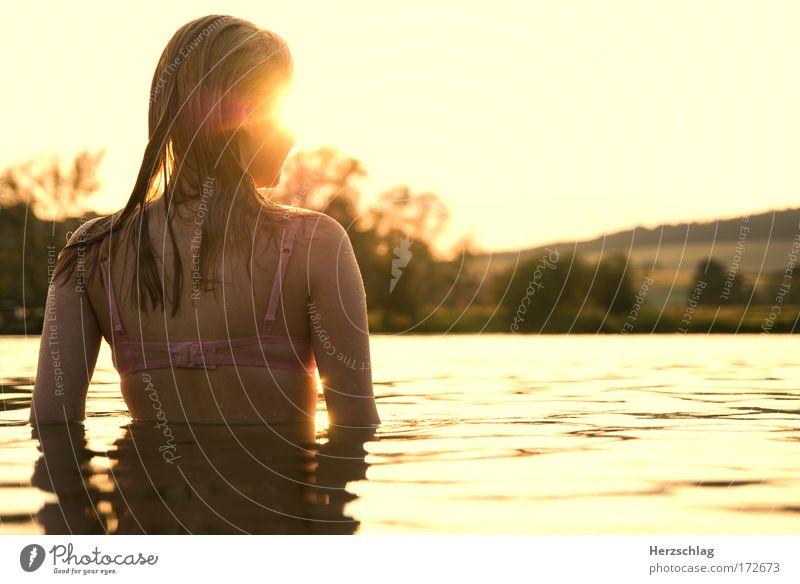 Sehnsucht. Farbfoto Außenaufnahme Textfreiraum rechts Oberkörper Rückansicht Wegsehen feminin Kopf Haare & Frisuren Rücken Wasser Schwimmen & Baden berühren