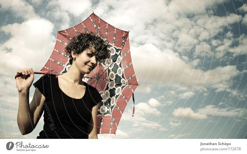 junge Frau in schwarz zeigt mit Schirm nach rechts vor Wolkenhimmel Lifestyle elegant Stil Freude Glück schön Zufriedenheit Sinnesorgane ausgehen Mensch feminin