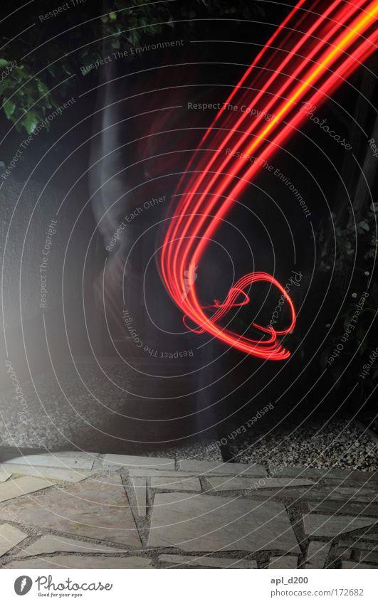 Ich muss weg Farbfoto Außenaufnahme Experiment Textfreiraum unten Nacht Kunstlicht Lichterscheinung rot Leuchtspur Lichtmalerei schwungvoll Schwung