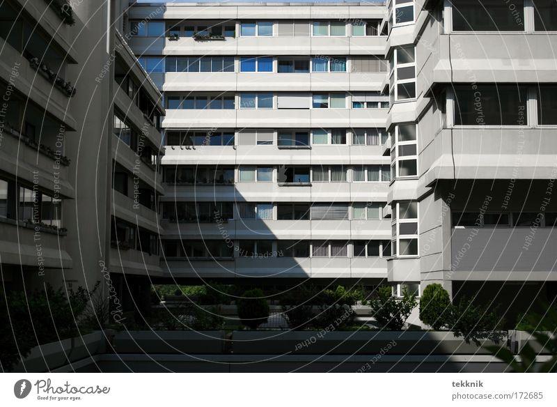 modern living? Stadt Fenster Hochhaus Fassade Balkon verstört bevölkert