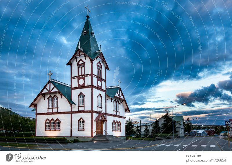 Isländische Kirche in der kleinen Stadt von Husavik Ferien & Urlaub & Reisen Sommer Landschaft Dorf Gebäude Architektur weiß Religion & Glaube Europa Island