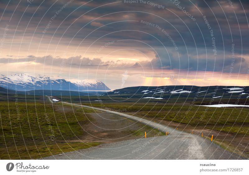 Ondulated und leere Straße in der sub-artic isländischen Landschaft Sommer Europa Abenteuer Island