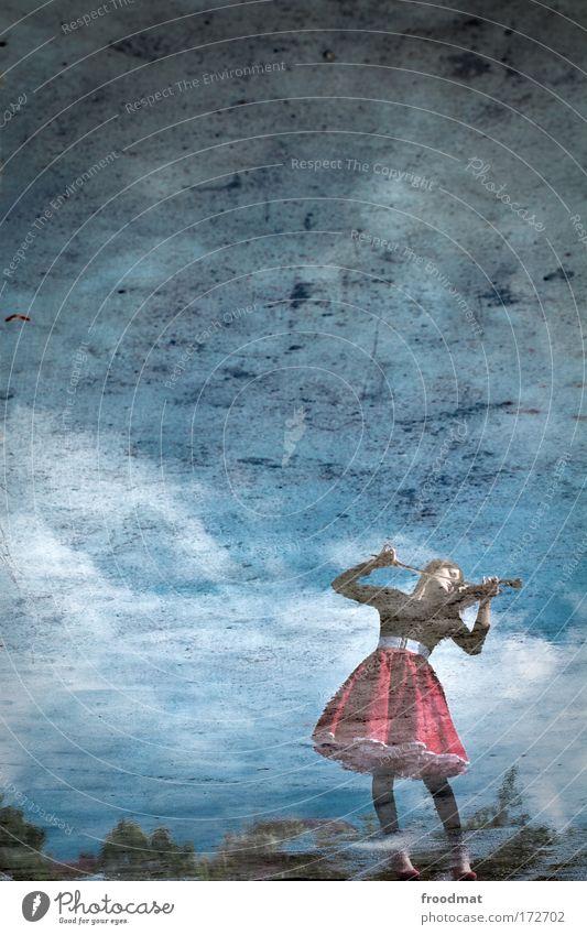 die erste geige spielen Frau Mensch Jugendliche Himmel blau Einsamkeit feminin Gefühle Stil Musik träumen Stimmung Kunst Erwachsene Reflexion & Spiegelung
