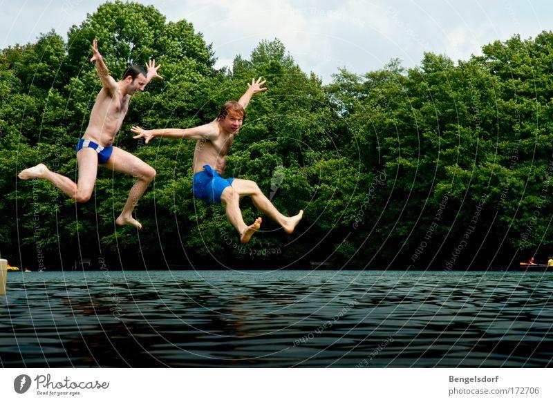 eins, zwo, RISIKO! Mensch Natur Jugendliche Wasser Ferien & Urlaub & Reisen Sommer Freude Freiheit Glück springen See Freizeit & Hobby Schwimmen & Baden fliegen hoch verrückt
