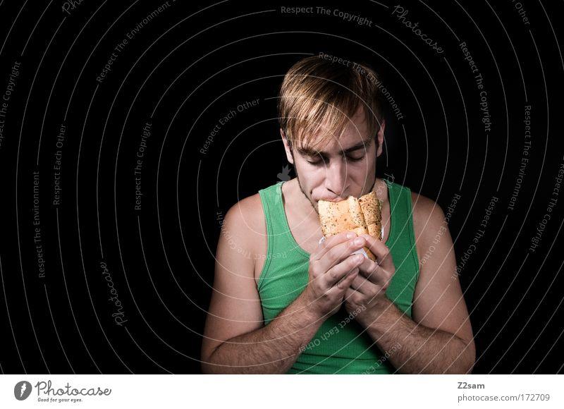 muss auch mal sein Farbfoto Studioaufnahme Kunstlicht Blick nach unten Lebensmittel Brötchen Belegtes Brot Fastfood Stil Mensch maskulin Junger Mann Jugendliche