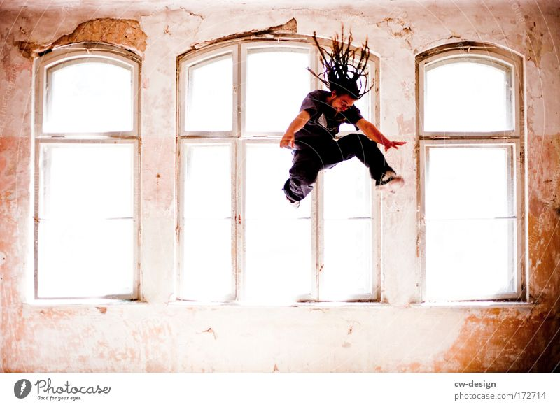 Jump up, Jump up and Mensch Mann Jugendliche Freude Haus springen Fenster Erwachsene maskulin fliegen Lifestyle Rastalocken Junger Mann 18-30 Jahre