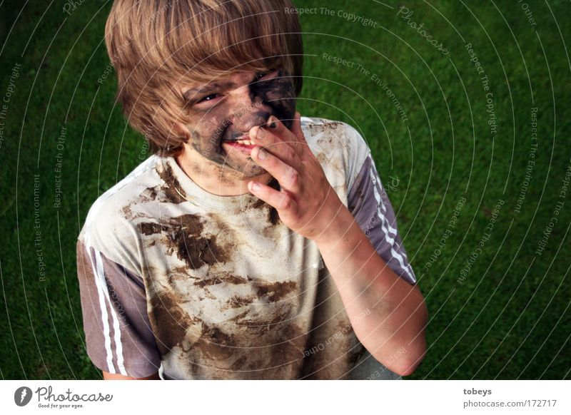 Fussballer Jugendliche Freude Leben Junger Mann Kindheit Haut dreckig T-Shirt Müdigkeit langhaarig Fußballer Sportler Erschöpfung Enttäuschung