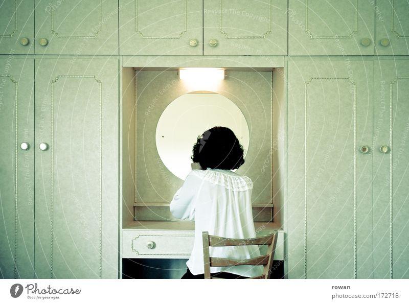 feinabstimmung Frau Mensch schön Erwachsene feminin Mode Wohnung Tisch Häusliches Leben Neugier Spiegel Schmuck Kosmetik Körperpflege Junge Frau Erwartung
