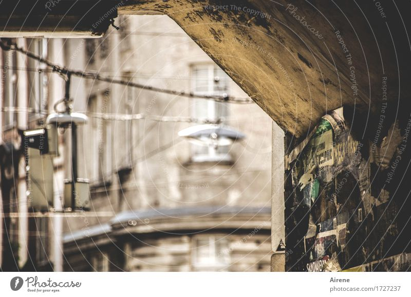 Problemzone Stadt alt dunkel Wand Mauer braun dreckig gefährlich bedrohlich Brücke Platzangst Straßenbeleuchtung Hauptstadt gruselig Altstadt unten