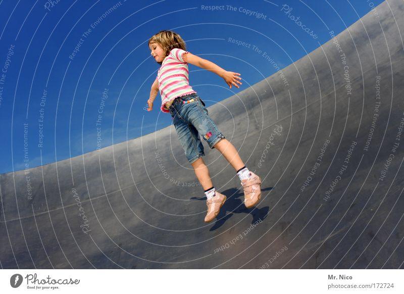 leichtigkeit Himmel Mädchen Sommer Freude Spielen Gefühle Freiheit Bewegung Glück springen Beine Zufriedenheit Freizeit & Hobby Arme Kind fliegen