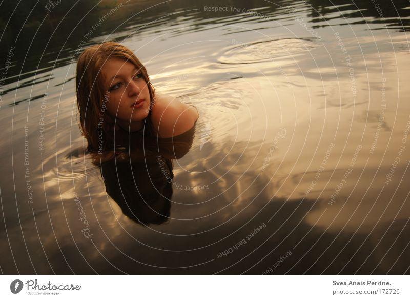 ich freu mich wenn sie lacht... Mensch Jugendliche rot Sommer ruhig Erwachsene feminin Traurigkeit See träumen blond Rücken Schwimmen & Baden Haut frei Insel