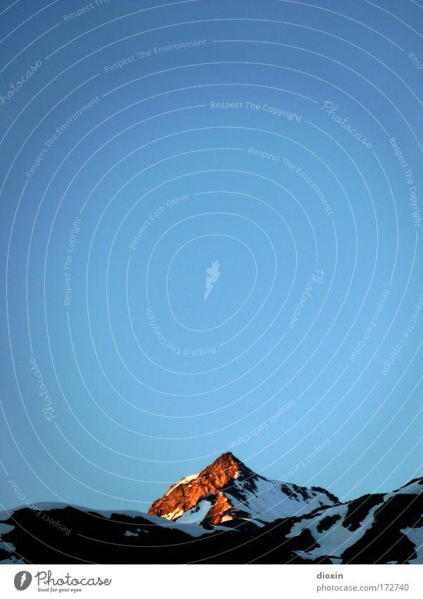 Der Gipfel glüht Farbfoto Außenaufnahme Menschenleer Textfreiraum oben Textfreiraum Mitte Abend Dämmerung Schatten Sonnenstrahlen Sonnenaufgang Sonnenuntergang