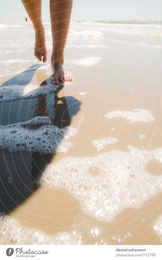 urlaubsreif Mensch Wasser Sonne Ferien & Urlaub & Reisen Meer Sommer Strand ruhig Erholung Leben Bewegung Glück Beine Fuß Zufriedenheit Wellness