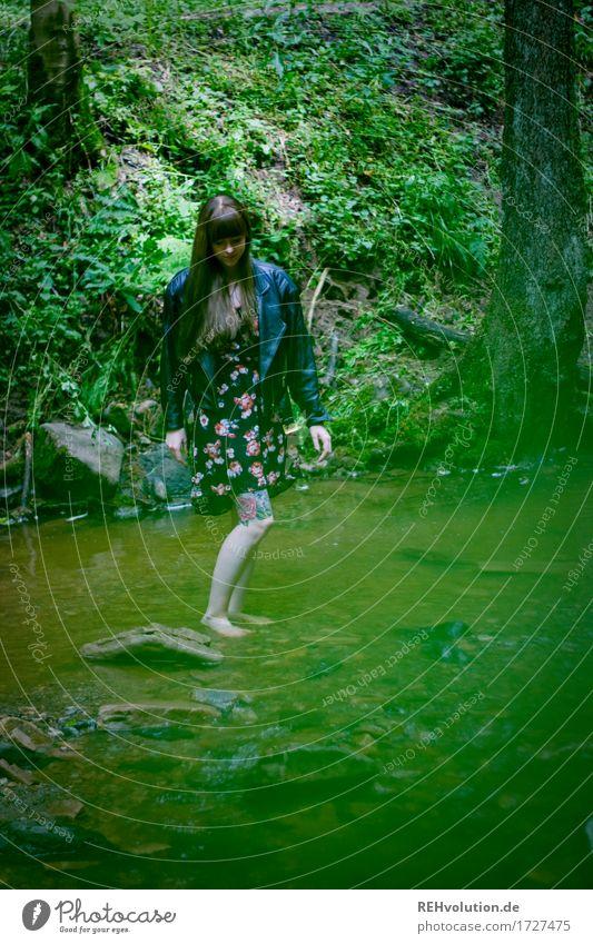 Carina | Kaskadenschlucht Mensch feminin Junge Frau Jugendliche 1 18-30 Jahre Erwachsene Umwelt Natur Landschaft Sommer Wald Flussufer Bach Kleid Jacke Tattoo
