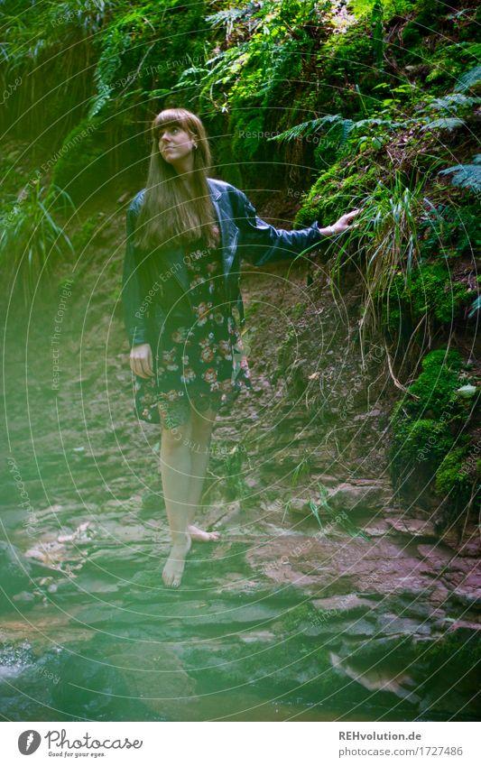 Carina Cascadenschlucht Mensch feminin Junge Frau Jugendliche 1 18-30 Jahre Erwachsene Umwelt Natur Landschaft Erde Wasser Sommer Pflanze Sträucher Moos