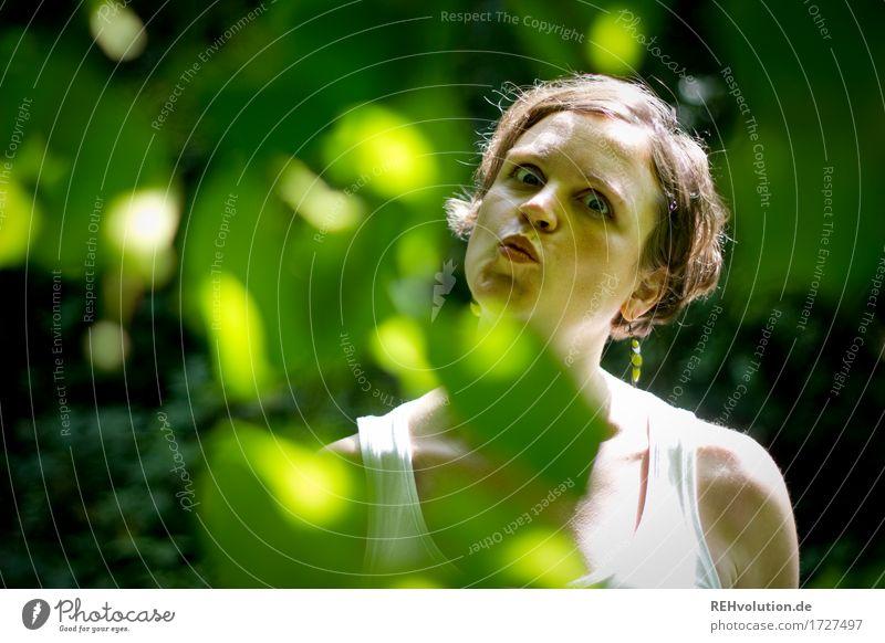 Grimasse Mensch Frau Natur Pflanze grün Baum Blatt Freude Gesicht Erwachsene Umwelt lustig feminin außergewöhnlich Haare & Frisuren Kraft