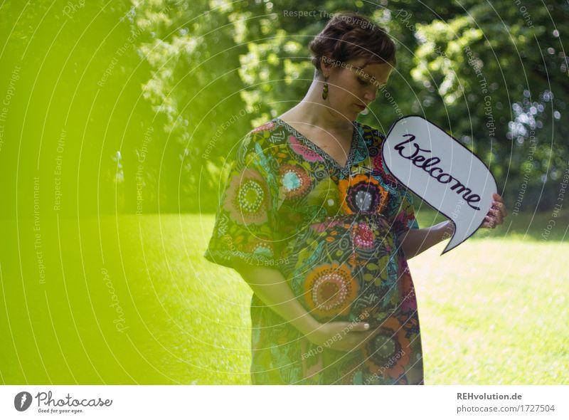 Welcome Gesundheit Wohlgefühl Zufriedenheit Erholung Mensch feminin Frau Erwachsene Mutter Bauch 1 30-45 Jahre Umwelt Natur Sommer Park Wiese Kleid brünett