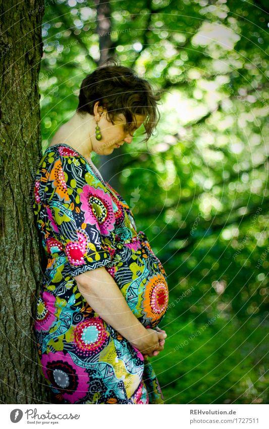 Im Bauch ist was los 2 Mensch feminin Frau Erwachsene Mutter 1 30-45 Jahre Umwelt Natur Baum Wald Kleid brünett kurzhaarig beobachten stehen ästhetisch