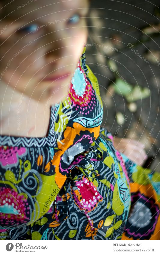 Schwangerschaftsbauch Mensch feminin Frau Erwachsene Mutter 1 30-45 Jahre Kleid beobachten Blick schwanger Verantwortung achtsam Sorge Schmerz Erschöpfung Angst