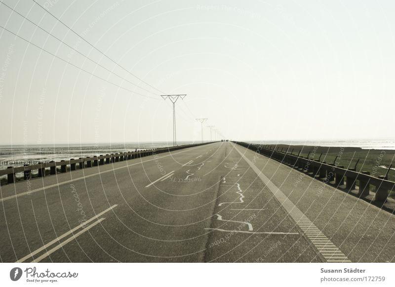 Highway to Rømø Gedeckte Farben Außenaufnahme Menschenleer Textfreiraum links Textfreiraum rechts Textfreiraum oben Tag Schatten Kontrast Tourismus Ausflug
