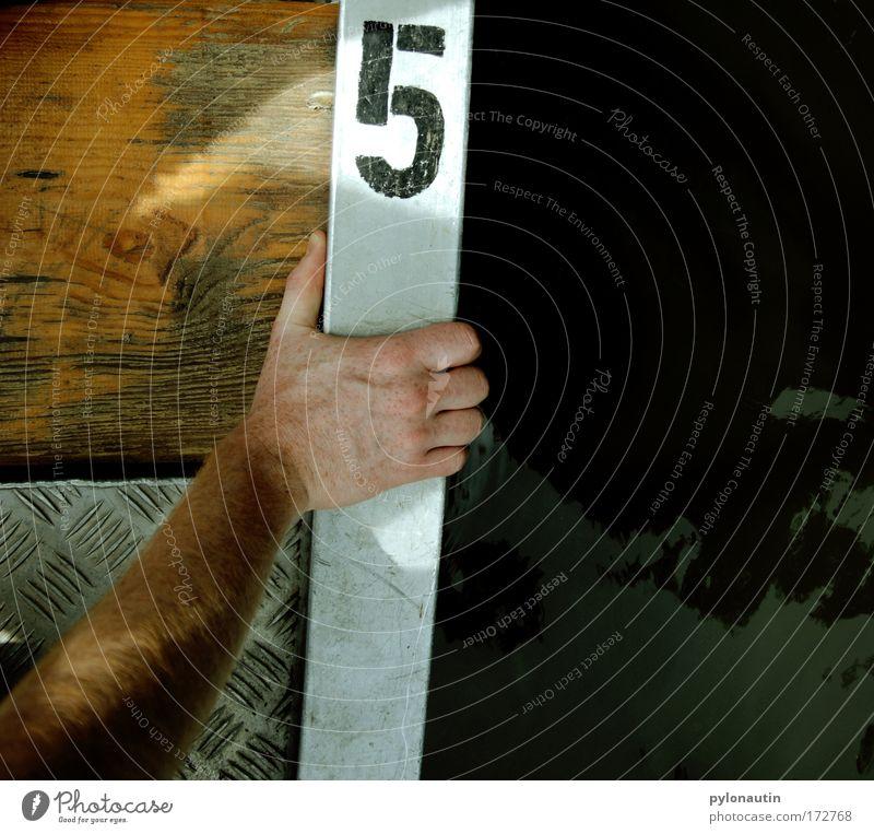 Nummer 5 lebt! Mensch Mann Wasser Hand Sommer ruhig Erwachsene Erholung Holz Metall See Arme Ausflug maskulin Abenteuer Finger