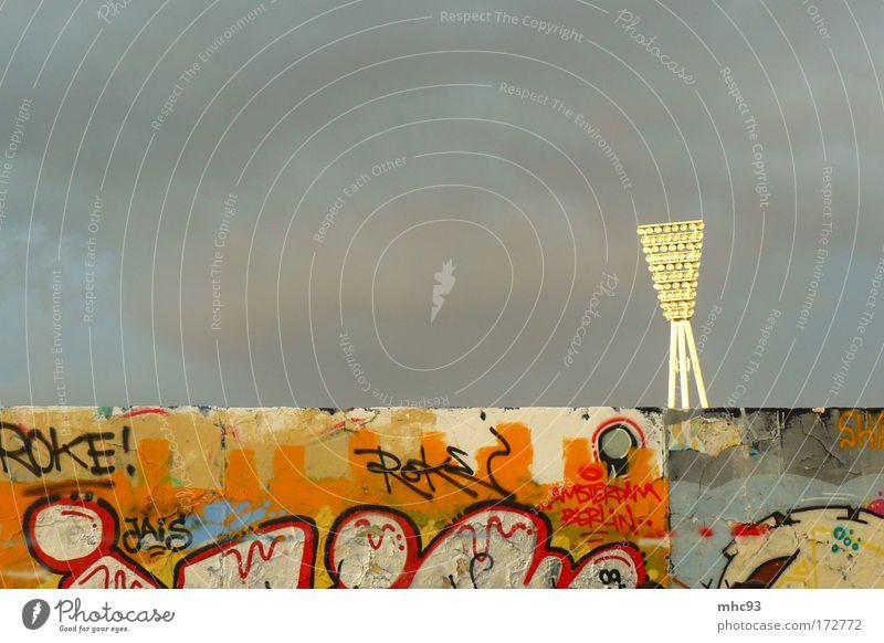 Stiller Beobachter im Mauerpark schön Himmel Sonne Stadt Wolken Einsamkeit Wand oben Freiheit grau Stein Mauer Graffiti Architektur ästhetisch Unendlichkeit