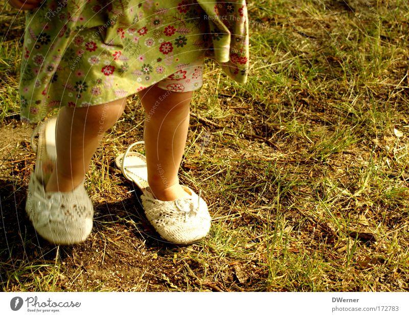 ... da wachs ich noch rein! I Garten Tanzen Kind Mensch Kleinkind Mädchen Beine Fuß 1 1-3 Jahre Bühne Tänzer Gras Kleid Schuhe Flipflops Spielzeug Puppe Fußspur