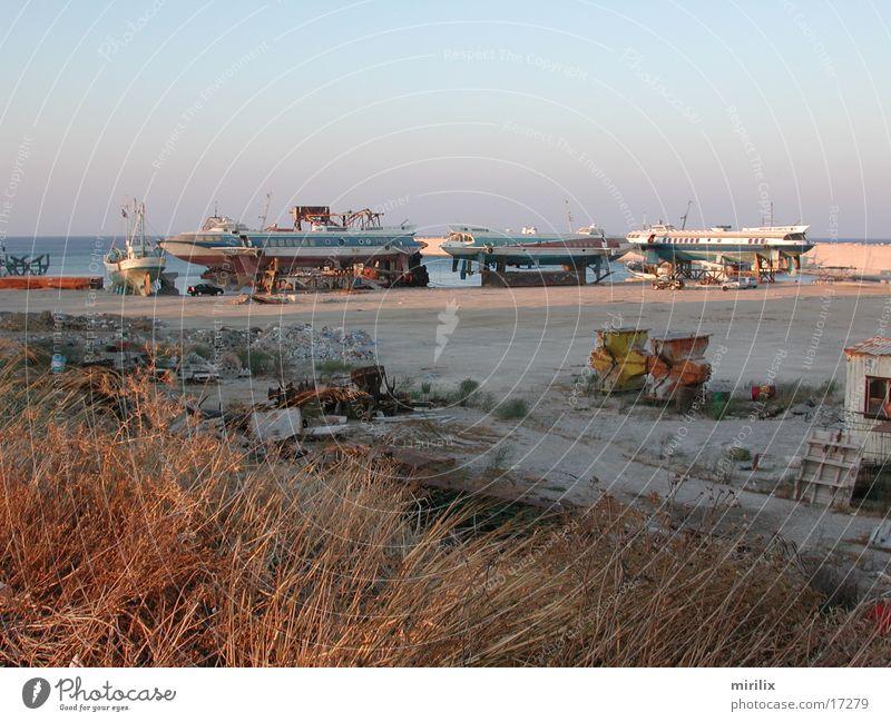trashed ships Schnellboot Wasserfahrzeug ausgemustert Industrie Hafen Rost