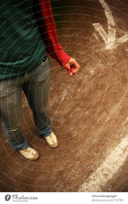 where to go? Außenaufnahme feminin Junge Frau Jugendliche 1 Mensch 18-30 Jahre Erwachsene Fußgänger Wege & Pfade Zeichen Schilder & Markierungen Pfeil Streifen